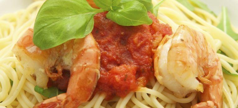 Esparguete de curgete com gambas e tomate cherry