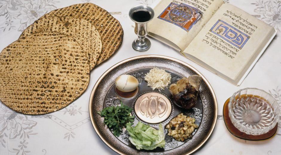 Under Pesach må alle matvarer kjøpes hos kosher-forhandlere, med unntak av enkelte frukt og grønnsaker, meieriprodukter, egg, fersk fisk, ekte honning, ren fruktjuice og bærsaft.
