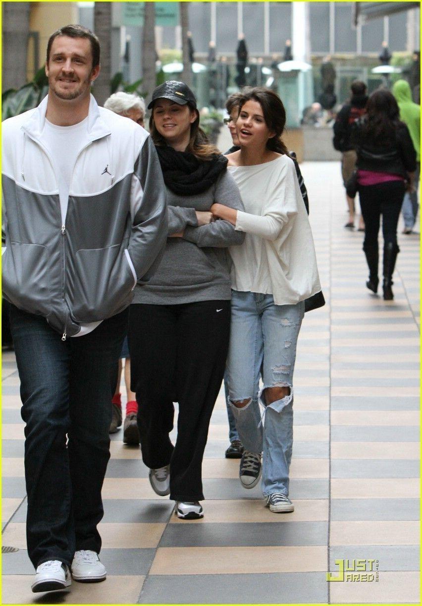 selena gomez and mom photos | Selena-Gomez-Mom-Mandy-Galleria-Girls-selena-gomez-18306586-852-1222 ...