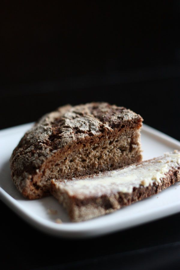 Vuodenvaihteessa päätin että tänä vuonna opettelen leipomaan leipää. Ja tein sitten ekana sen maailman helpoimman version . Mutta panok...