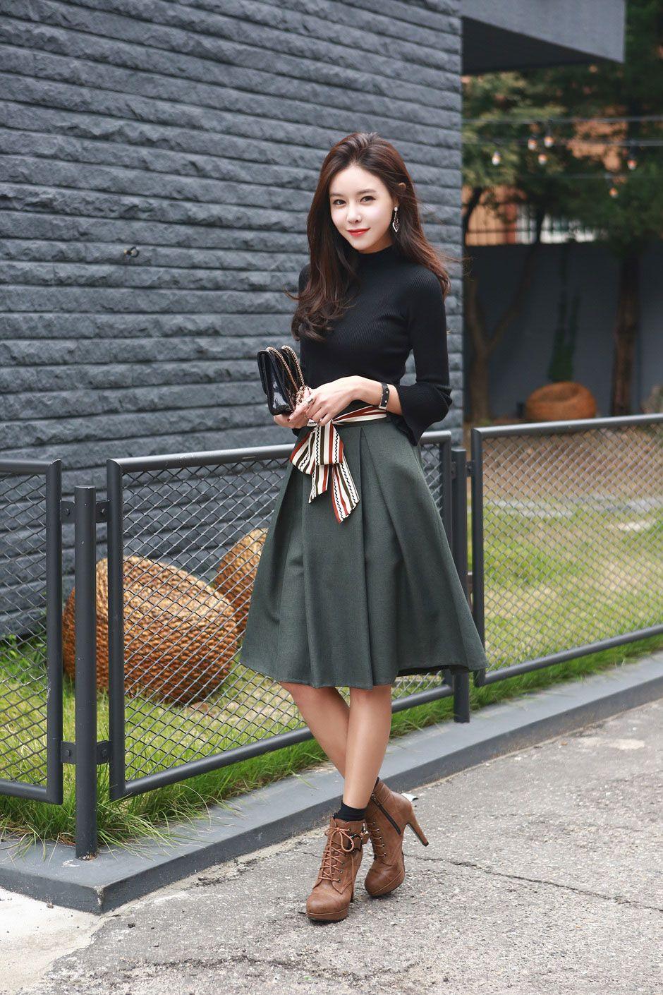 0c9c1c0d7 Falda plisada verde blusa negra cuello alto botines cafes calcetas negras