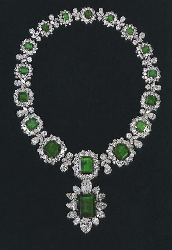 f1a6320cf56 Collar de Bulgari, de esmeraldas y brillantes, que forma parte de un  conjunto de cinco piezas (pendientes, sortija y pulsera)