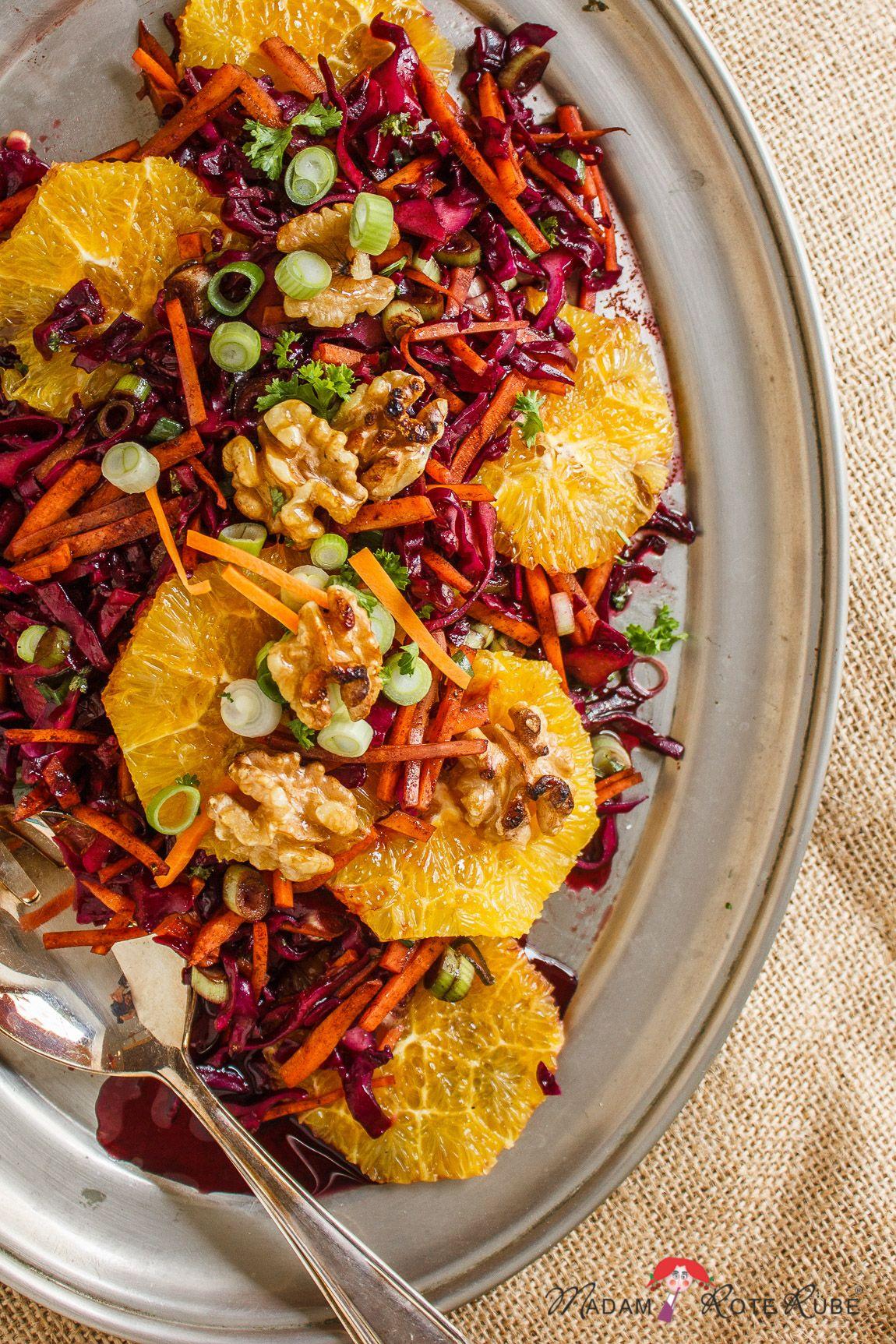 Rotkohl-Salat mit Möhren, Orangen & karamellisierten Walnüssen - lasst die Vitamine purzeln - Madam Rote Rübe & die Landküche