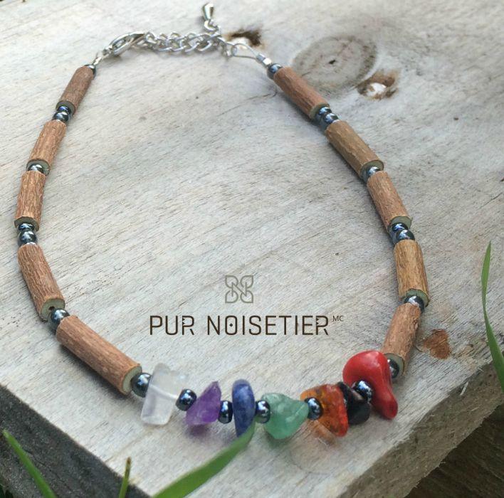 bracelet de cheville en noisetier et pierres chakras fait de bois