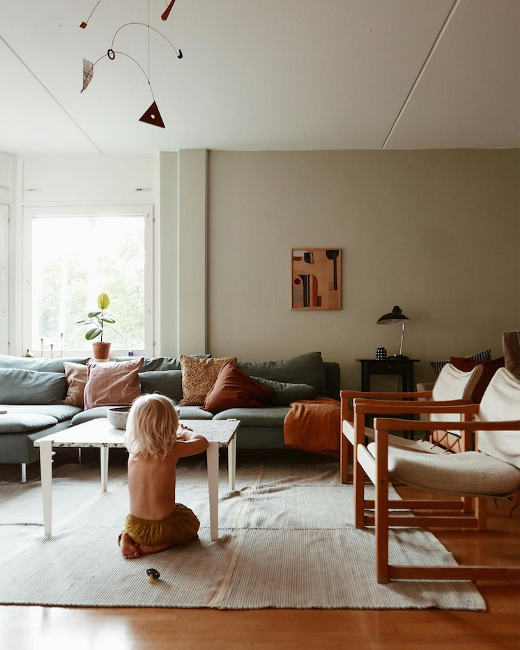 Ma Maison Scandinave Des Tons Chataignes Dans Une Ravissante Maison Familiale Suedoise My Scandinavian Home Family Living Rooms Colorful Interiors