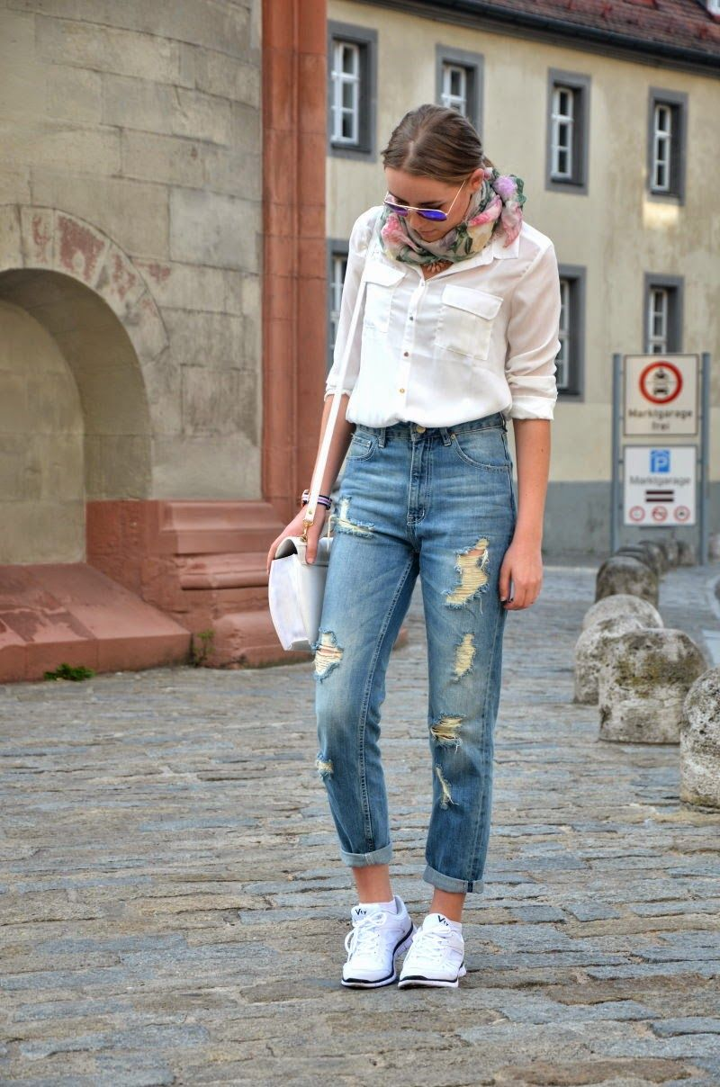 MUM JEANS - causual streetystyle - white shirt - everyday - vintage - 90es - 80es - sporty - destroyed jeans - spring