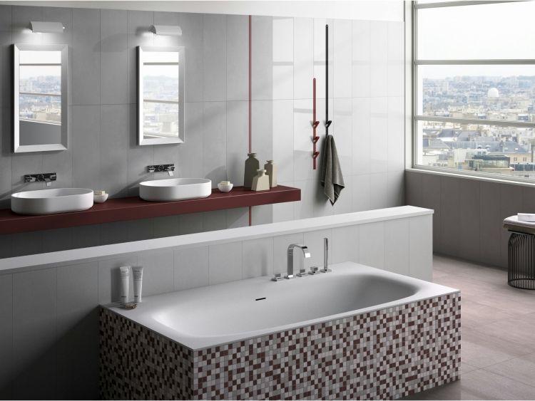 Badfliesen Ideen Badewanne Grau Mosaiksteine Bordo Akzente Fenster