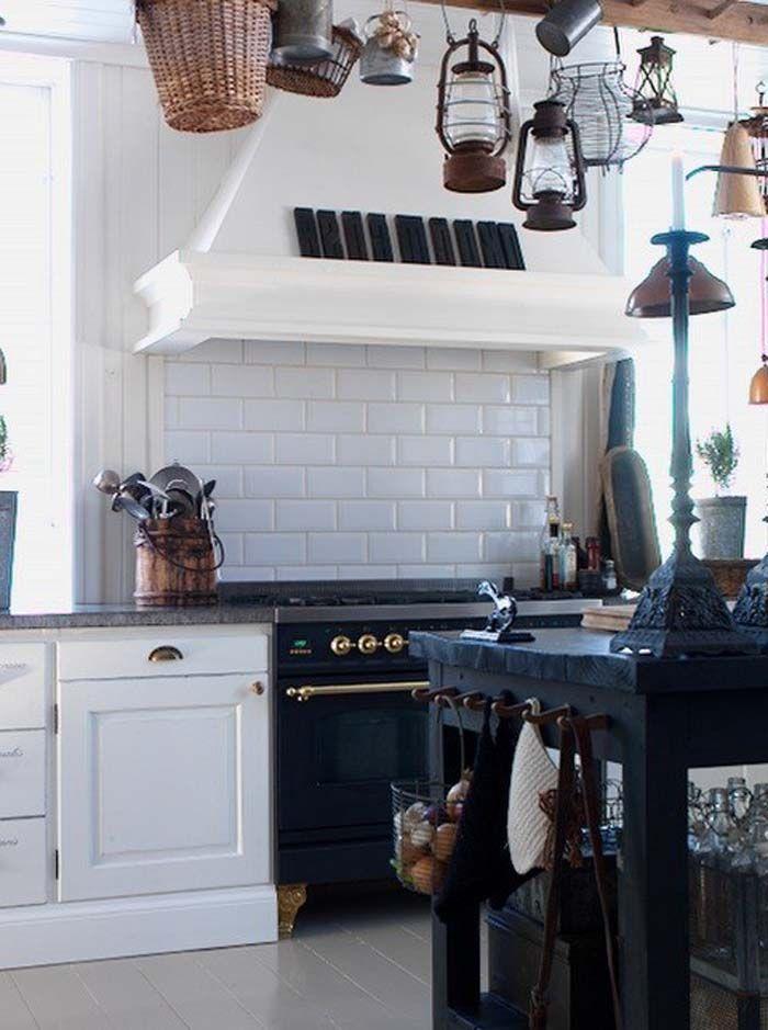 Koti Australiassa - A Home in Australia  Tämän kodin valkoiset seinäpinnat toimivat hyvänä taustana sisustuksen rustiikkisille ja tummille ...