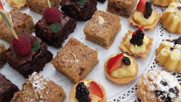 La mesa de postres se vuelve emocionante, pues por alguna razón logra sacar el niño interno de cada invitado. En Petit Gourmet encontrarás bocadillos dulces y salados que encantarán a todos.