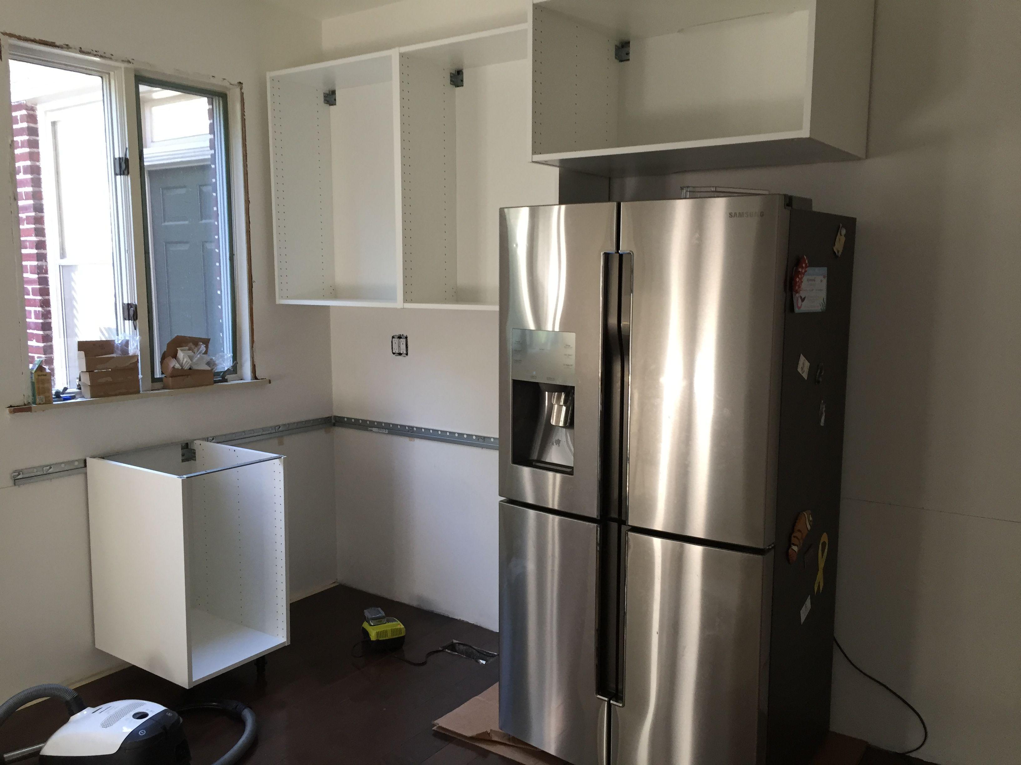 Ikea Küchenrollenhalter ~ Hanging the ikea kitchen cabinets inside a real ikea kitchen