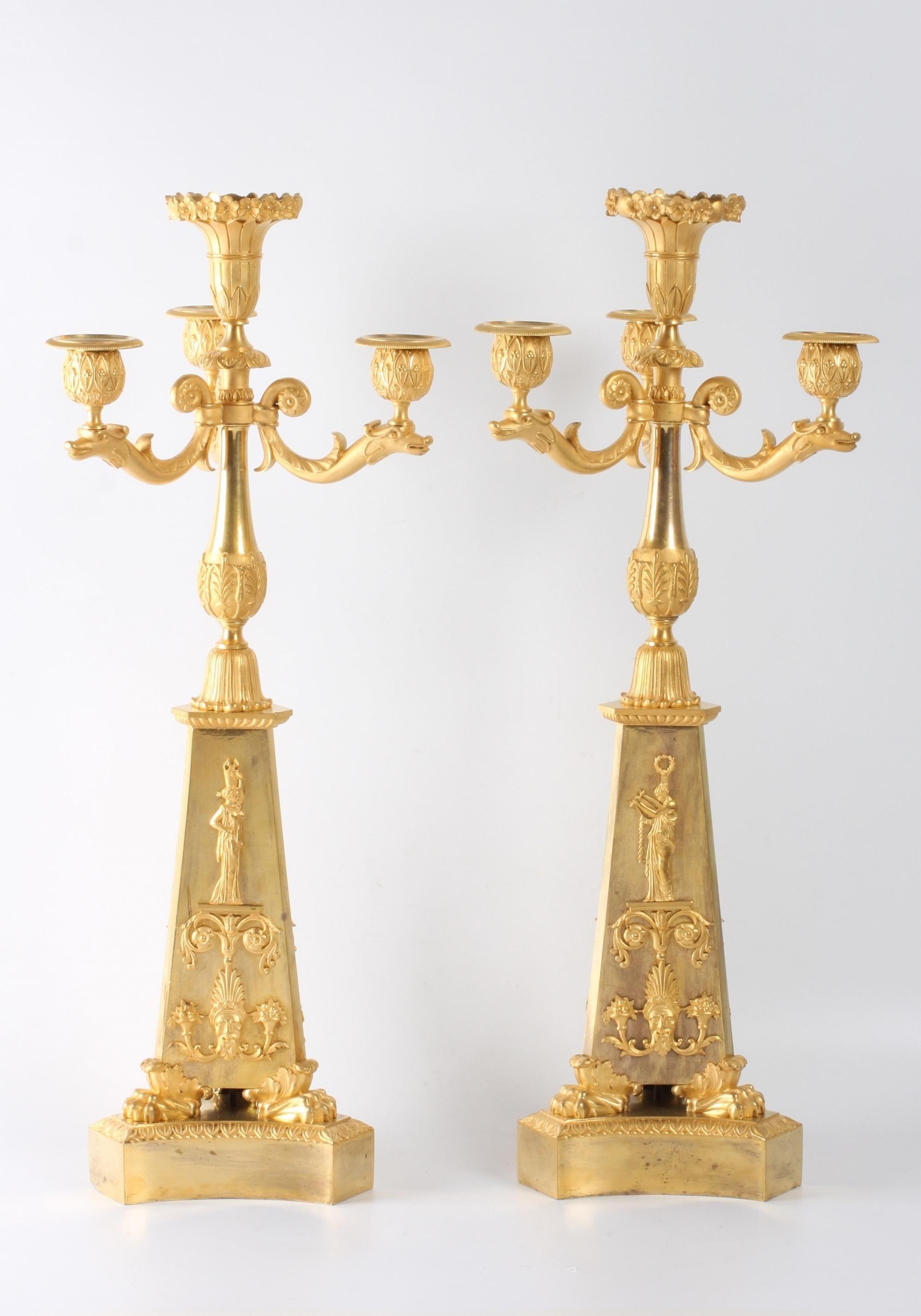 Een paar grote Franse Empire vuurverguld bronzen 4-licht kandelaars, circa 1810