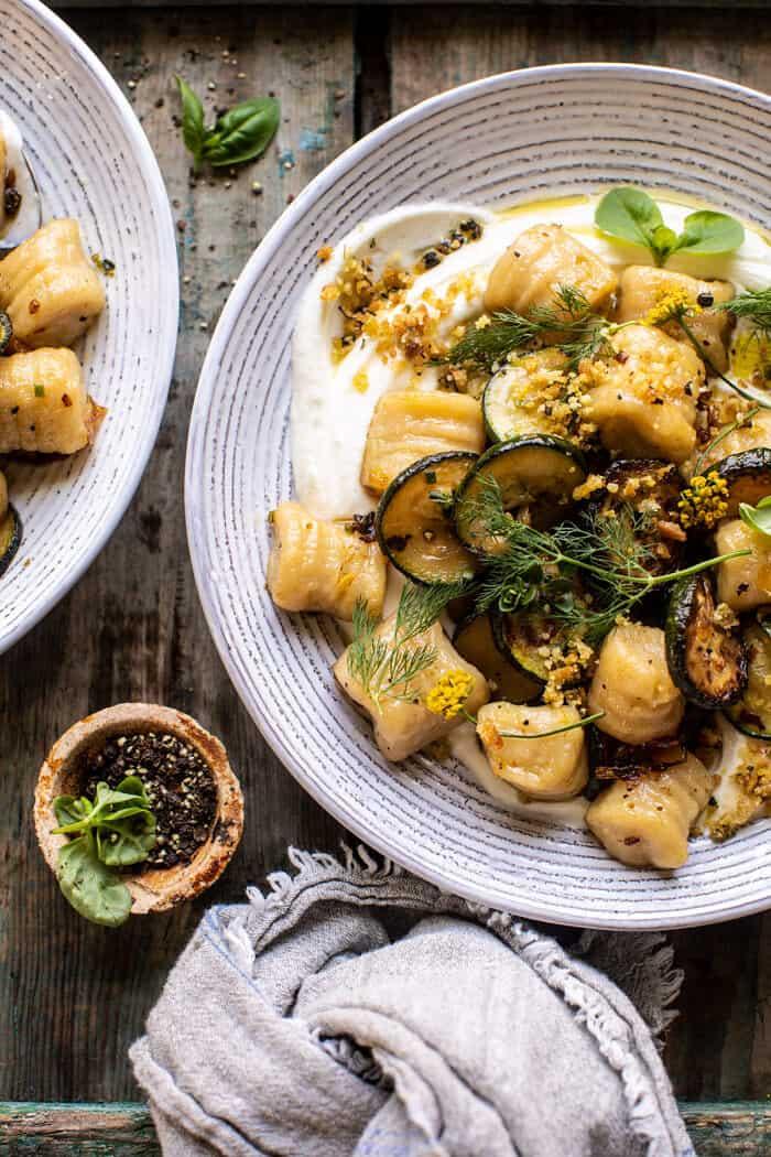 Blumenkohl-Gnocchi mit knuspriger Zucchini und geschlagenem Ziegenkäse. – Halbgebackene Ernte  – Cooking – pasta