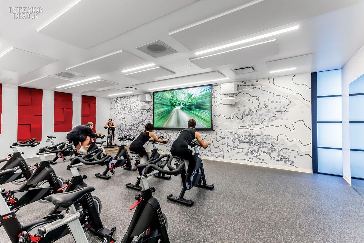 La sala de spinning cuenta con pisos de goma y un mapa topográfico de un parque cercano. Fotografía...