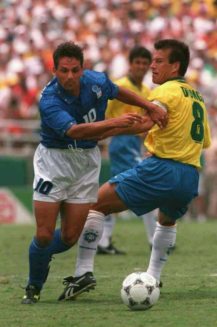 Brazil 0 Italy 0 3 2 Pens In 1994 In Pasadena Roberto Baggio Takes On Dunga In The World Cup Final Giocatori Di Calcio Calcio Roberto Baggio