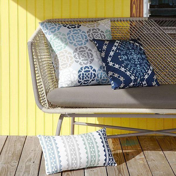 kissen blau weiß muster terrasse möbel West Elm | Outdoor ...