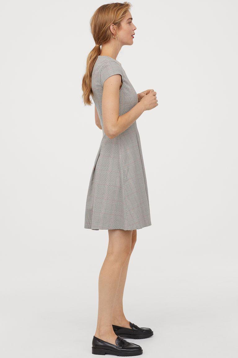 Kleid mit Kappenärmeln  Kleid mit ärmel, Hm outfits, Glockenrock