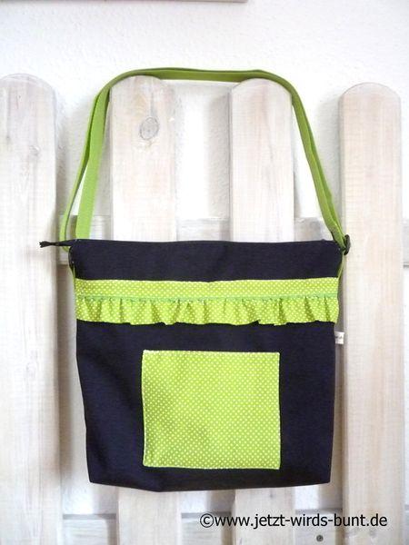 Zauberhafte Tasche im schwarzen Canvasstoff mit hübscher grünen Rüschenborte verziert.  Copyright ©www.jetzt-wirds-bunt.de