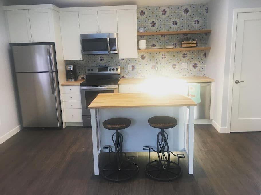 Full Kitchen Including Dishwasher And Washer Dryer With Island And