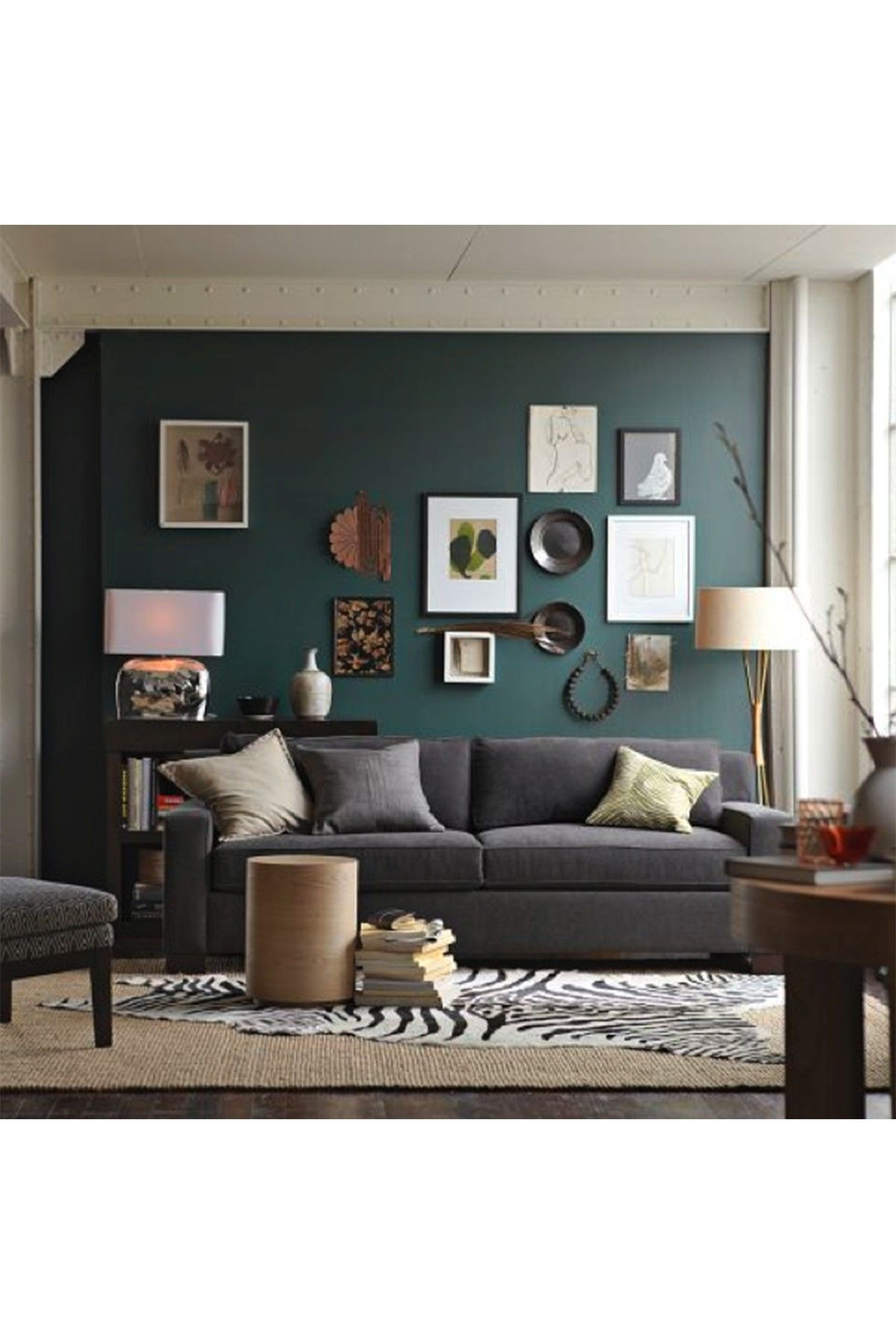 mur vert de gris avec belle vari t d 39 objets et de tableaux r ussi galeries murales. Black Bedroom Furniture Sets. Home Design Ideas