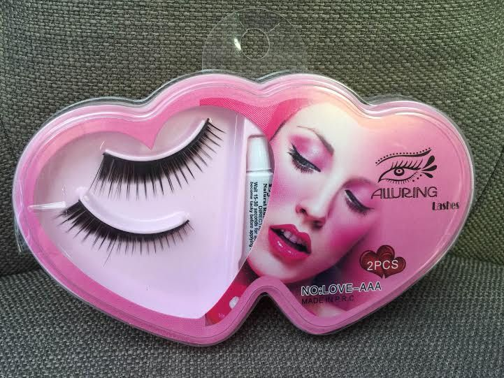 Beautiful full natural looking lashes (Comes with glue)