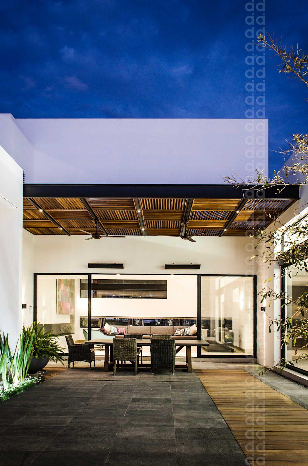 Terrazas de estilo por homify casa for Estilos de arquitectura contemporanea