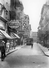 A View Of New York City S Chinatown In The 1930s Between 1910 And 1920 The Number Of Chinese Restaurants In New Y Chinatown Chinatown Nyc Restaurant New York