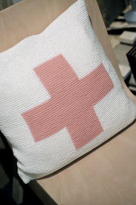 Kanskje jeg lager meg en pute tilsvarende denne, eventuelt bytte ut rosa kors med sort?