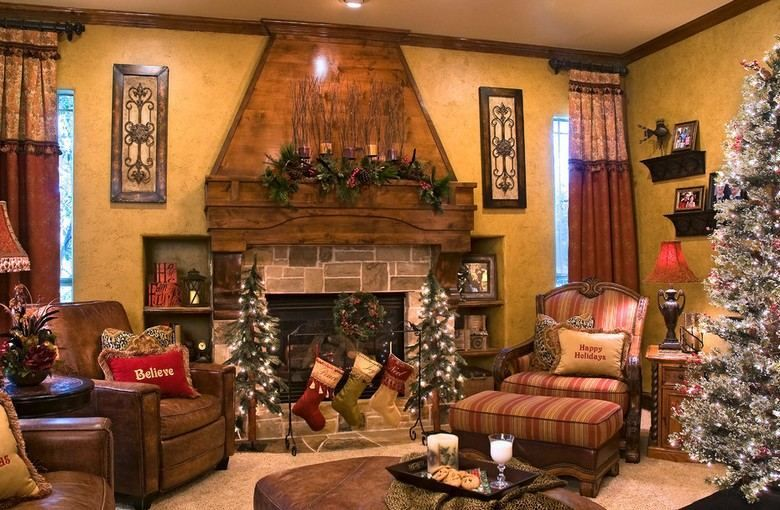 salon traditionnel avec décorations de Noël classiques