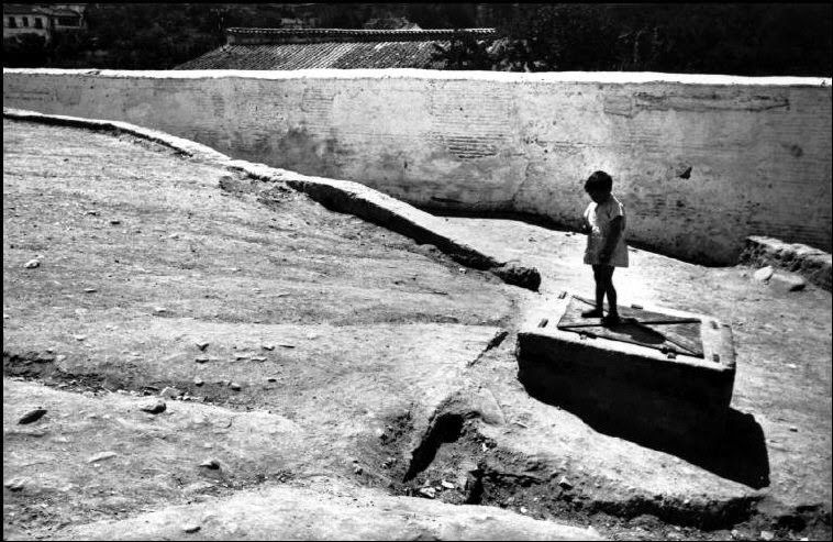 These amazing photos were taken by photographer Henri Cartier-Bresson. They show everyday life of Spain in 1933.      Valencia. 1933.      G...