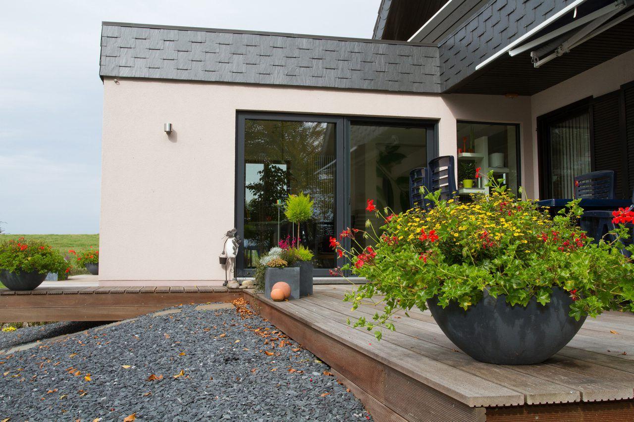 HolzständerAnbau mit Putzfassade, Schiefer, Flachdach