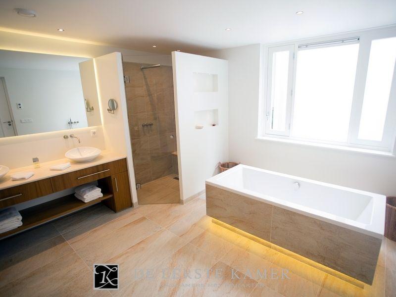 Warme Rustieke Badkamer : De eerste kamer een wellness badkamer met een warme maar