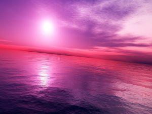 Luz brillante en un cielo púrpura y rosa