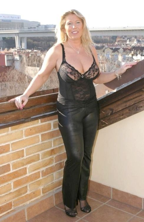 Mature ladies wearing nylons