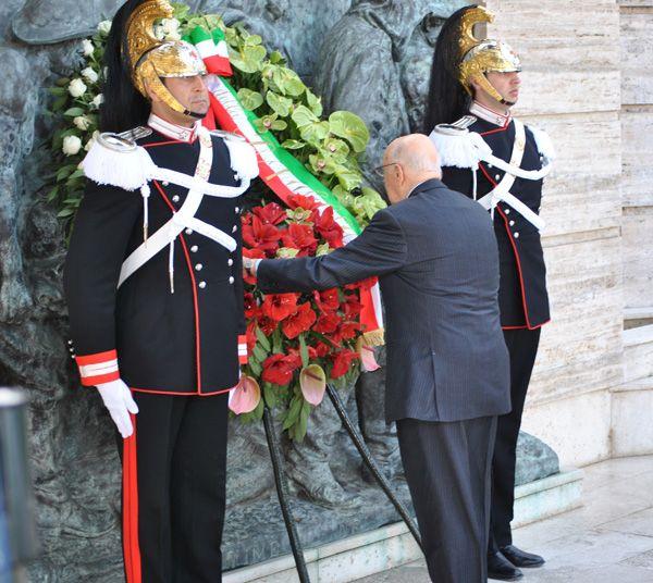 Celebrazione primo maggio - anno 2012 La deposizione della corona davanti al monumento dedicato ai caduti sul lavoro