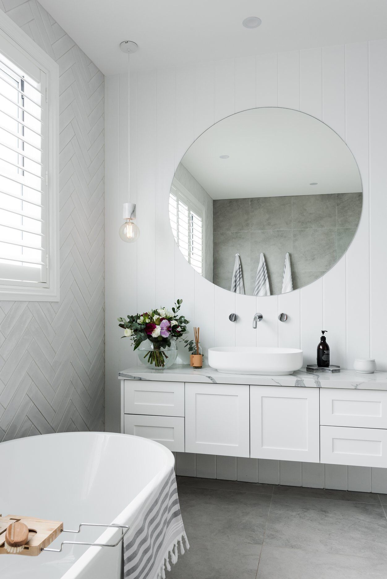 Sasha Chris Badkamer Herringbone Tile Feature White Tiles Subway Tiles Soft