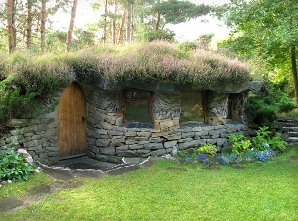 Nice little hobbithouse (Navianas Grønne Verden, NO). From The Park, Findhorn ecovillage in Scotland.