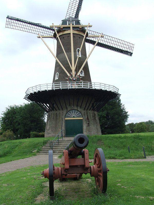In bijna elke oude vestingstad vinden we de walmolens. De efiliaal regio Gorinchem is daar beslist geen uitzondering op. Kennelijk was er ook nog een oud kanon over dat een plekje voor de fraai onderhouden molen heeft gevonden.