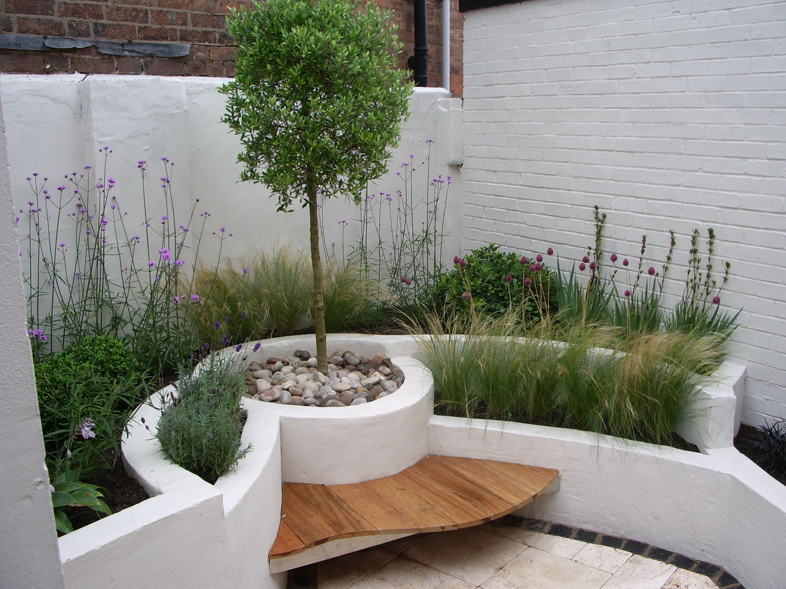 Private modern courtyard by lucy bravington landscape by for Table exterieur moderne