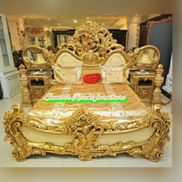 Luxury Classic King Bed Hand Carved Gold Color Is Very