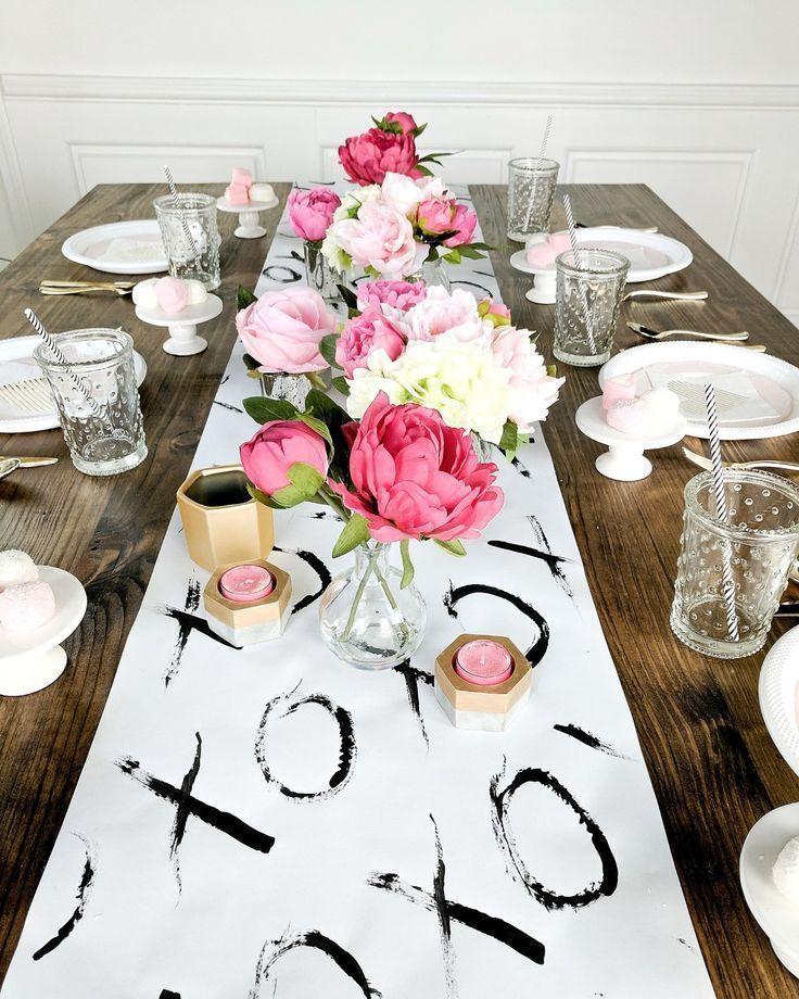 Valentinstag Brunch mit DIY Tischläufer, und preiswerte Einrichtung, um Ihre Gäste zu begeistern. Feiern Sie Ihre Freundinnen mit dieser girly Party! www.arinsolan ... #begeistern #brunch #einrichtung #gaste #preiswerte #tischlaufer #valentinstag #valentines day dinner decorations