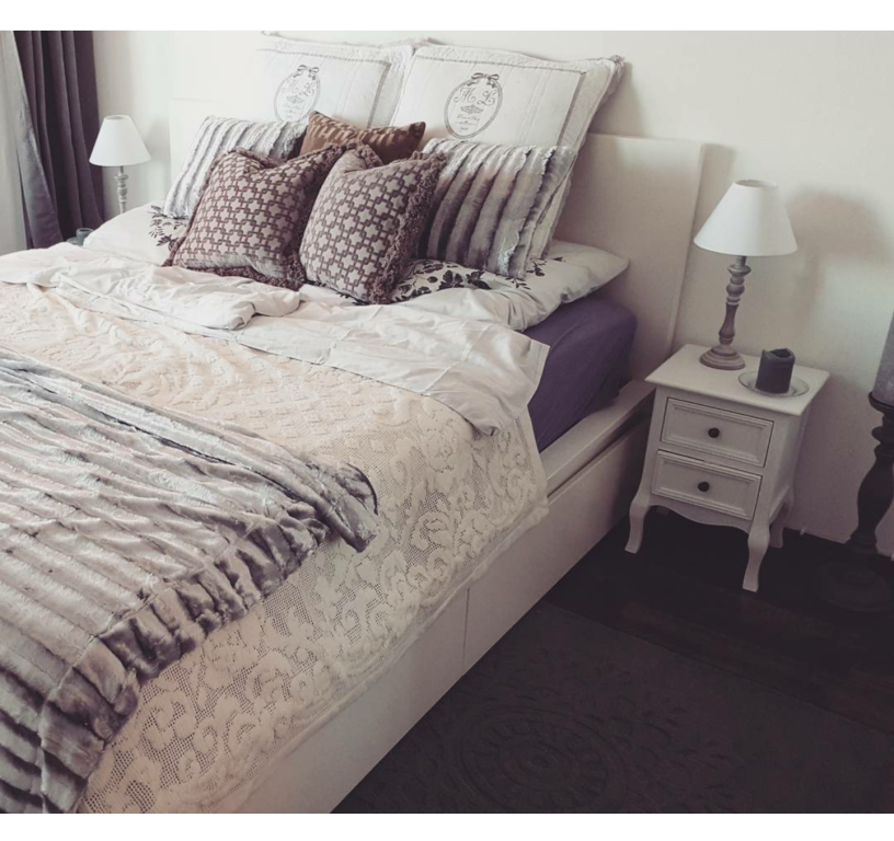 Schlafzimmer in schöner Münchner Wohnung. Gemütliches Bett mit ...
