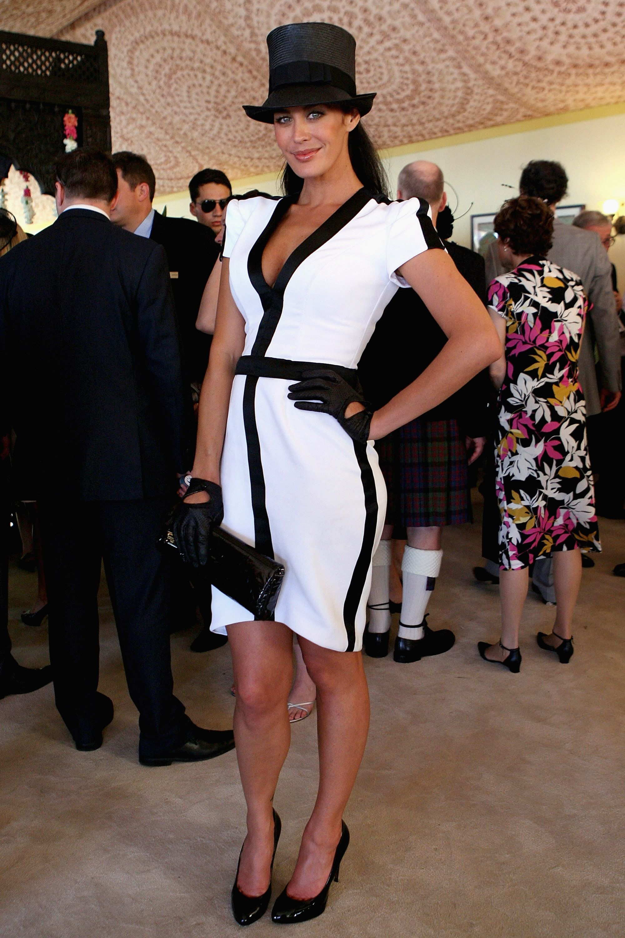 Womens black leather gloves australia - Celebrities In Gloves Australian Model Megan Gale Very Elegant In A White And