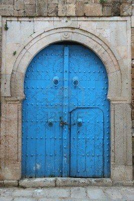 Photo of Vecchia porta di legno araba in città tunisina