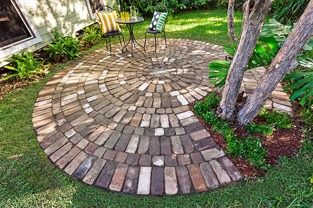 How To Make A Circular Paved Area Give Your Garden Curves With A Circle Of Rustic Brick Paving Complete With A Delightful Centre Patte シェードガーデン エクステリア ガーデニング