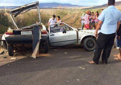 Na Bahia acidente envolvendo carro de passeio e caminhão deixou 03 pessoas da mesma família mortas: ift.tt/2abz8Gq