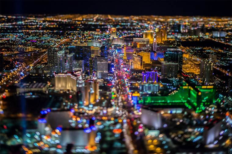 Vincent Laforet now returns with a new series of aerial photographs entitled Sin City, capturing this time Las Vegas from a helicopter, flying over the city at more than 3000 meters in the sky