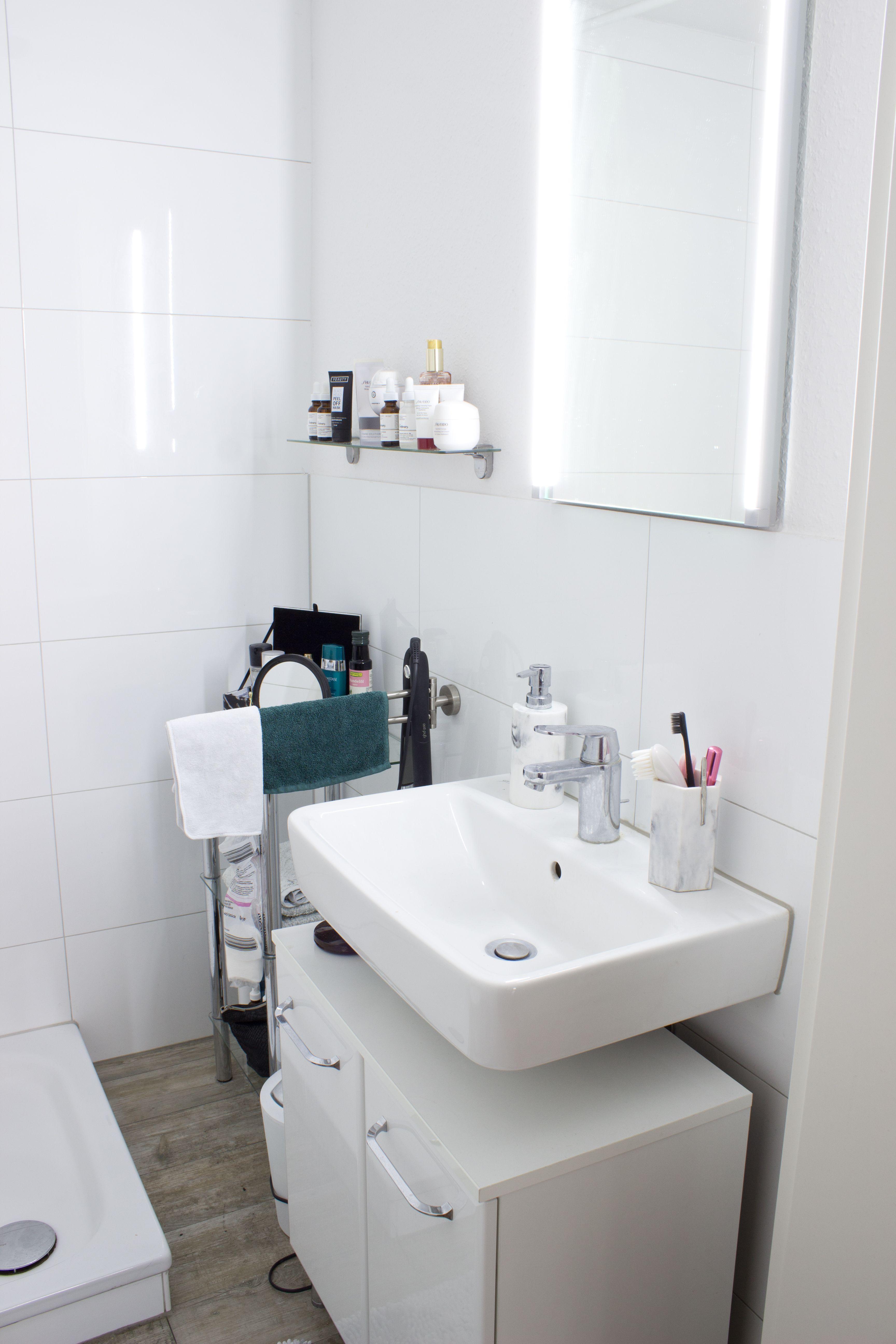Weisses Badezimmer In Dusseldorf Mit Spiegel Und Waschbecken Wggesucht Wg Bad Dusseldorf Weiss Modern Badezimmer Waschbecke Schone Badezimmer Weisse Badezimmer Und Waschbecken