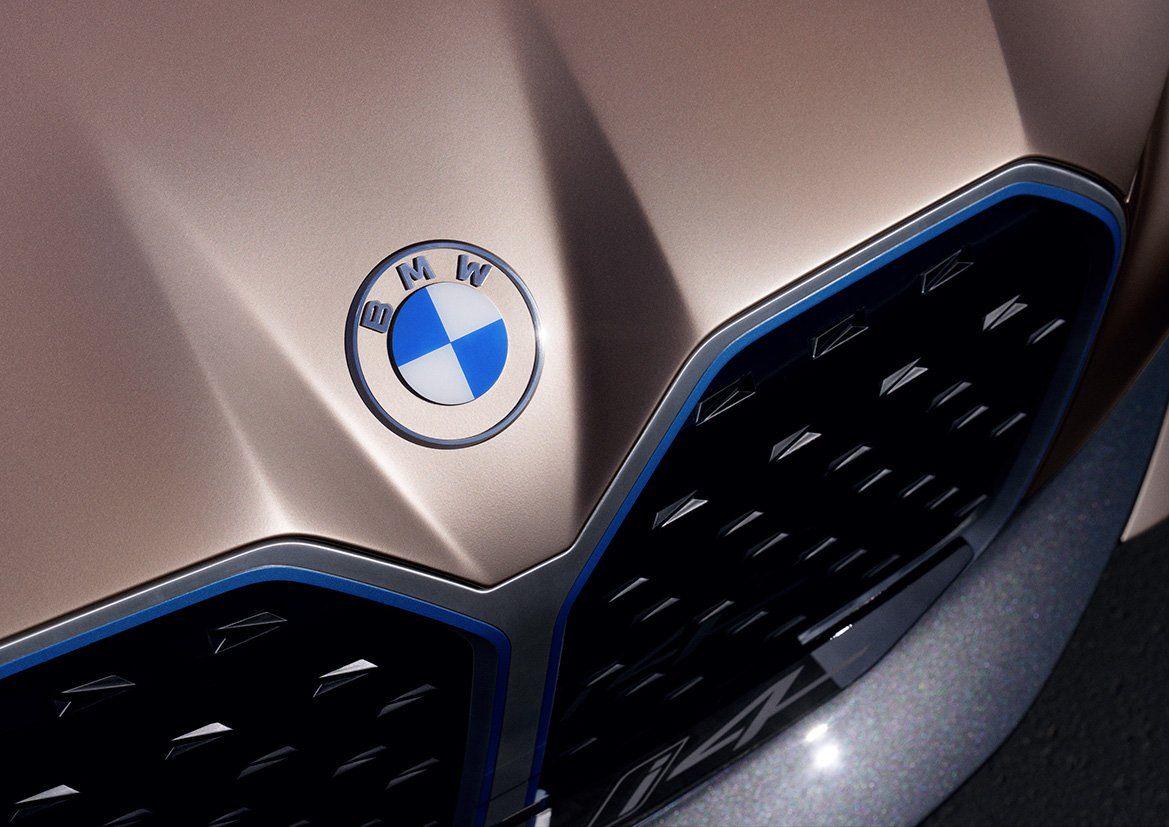 Un Nuovo Logo Bmw Da Cui Sparisce Il Nero E Diventa 2d Nel 2020 Bmw Concept Bmw Concept Car