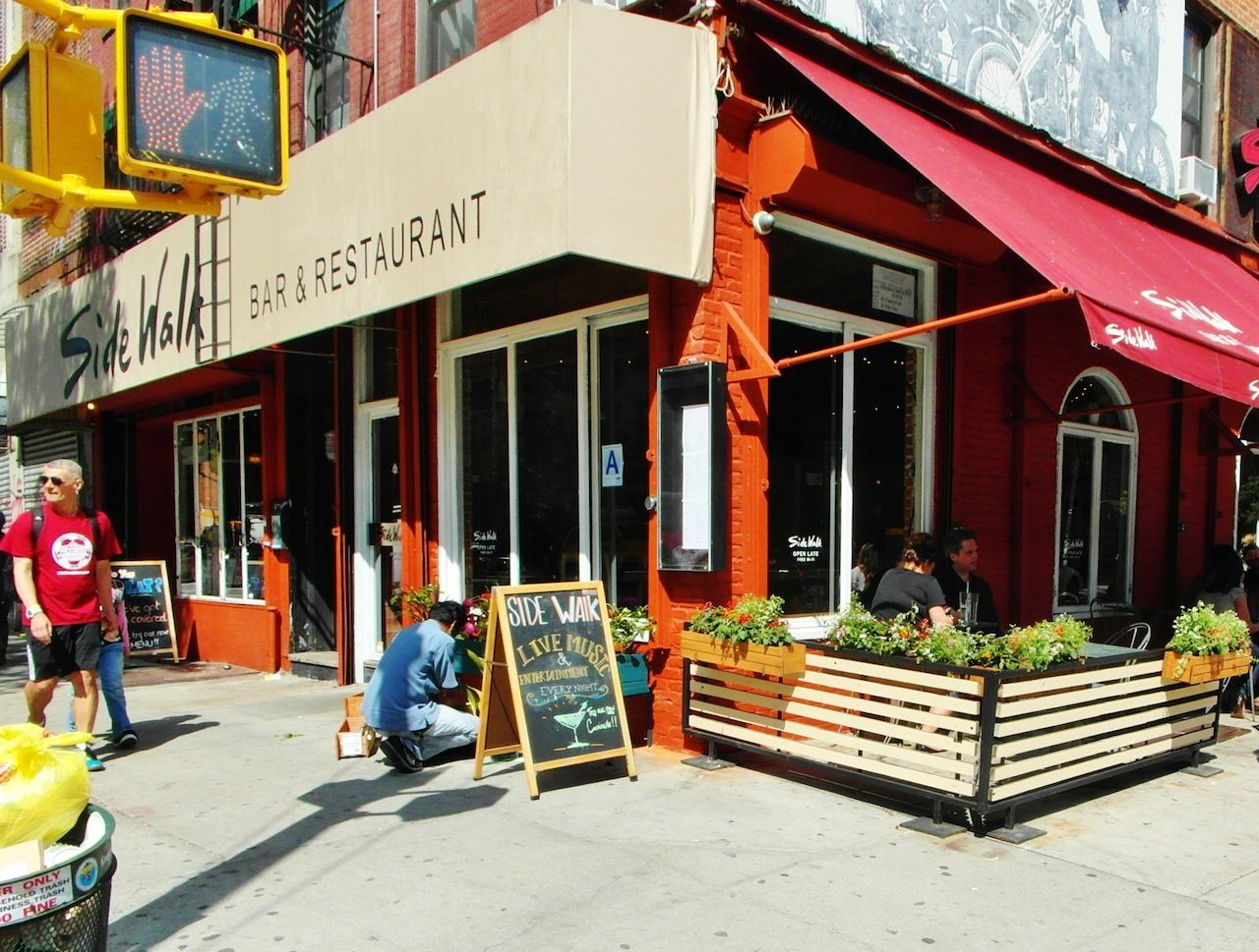 Ev grieve sidewalk caf barreras de herrer a con madera - Maceteros de madera ...