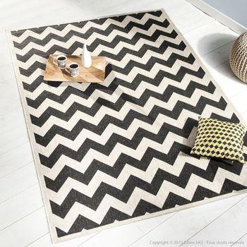 ce tapis chevron noir et blanc effet sisal en polypropyl ne est facile d 39 entretien et r sistant. Black Bedroom Furniture Sets. Home Design Ideas